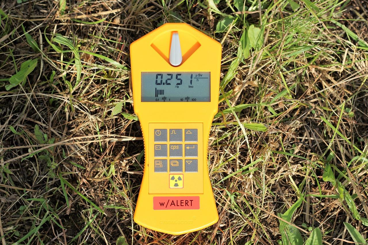 Um sicher zu sein solltest Du ausschließlich geeichte Geigerzähler verwenden.