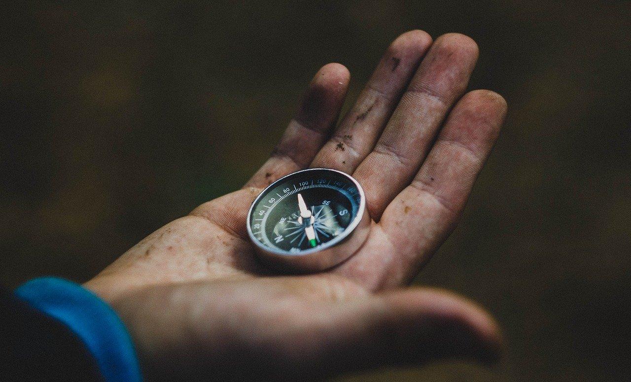 Ein Kompass ist ein uraltes Instrument zur Richtungsbestimmung. Es kommt ohne Strom aus und ist sehr simple.
