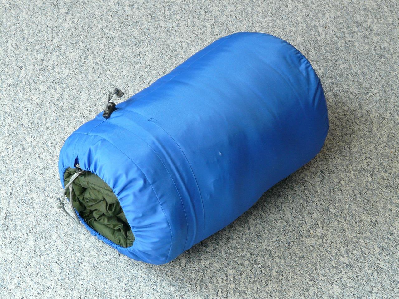 Ein kleines Packmaß und geringes Gewicht ist bei einem Sommerschlafsack besonders wichitg, wenn man eine längere Tour starten möchte.