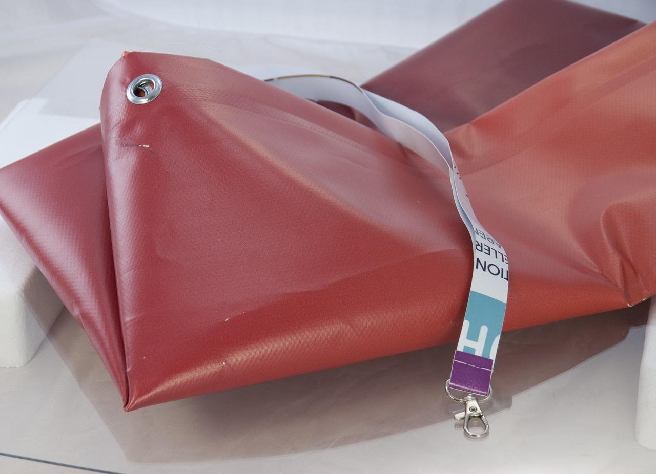 Achte beim Kauf einer Zeltplane auf das Material und dessen Verarbeitung.